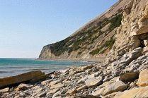 Каменистый берег на курорте Анапа