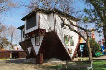 Дом вверх дном в Анапе