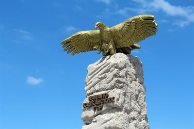 Начало Кавказских гор - Памятник стела «Парящий орел»
