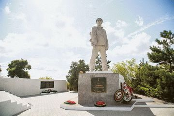 Подвиг капитана Дмитрия Калинина — Памятник герою