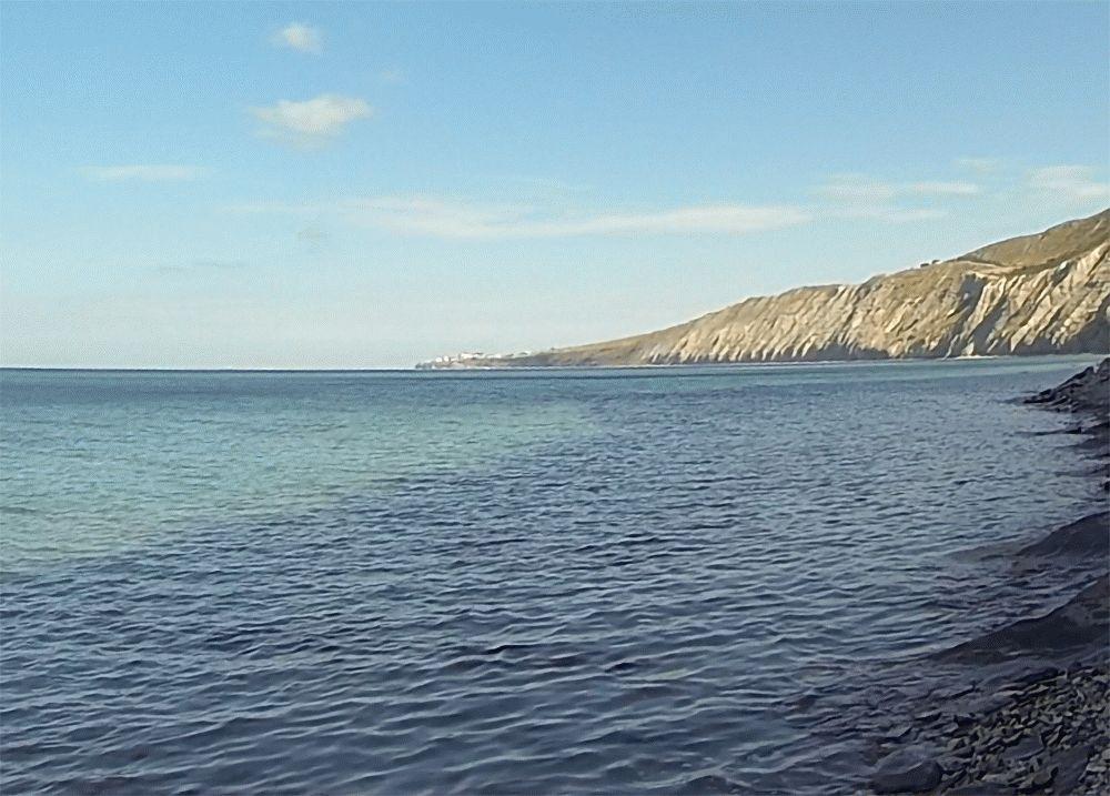 Высокий береги и каменистый пляж