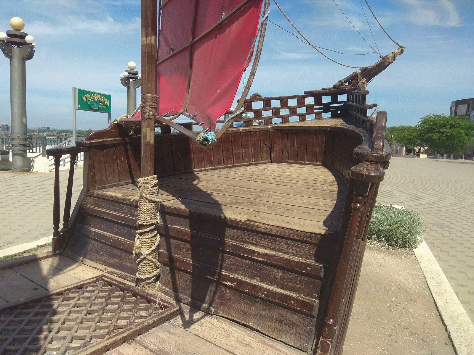 Деревянный корабль на Набережной Анапы