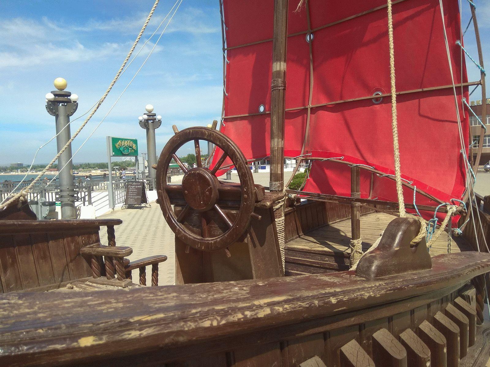 Кораблик на Набережной в Анапе