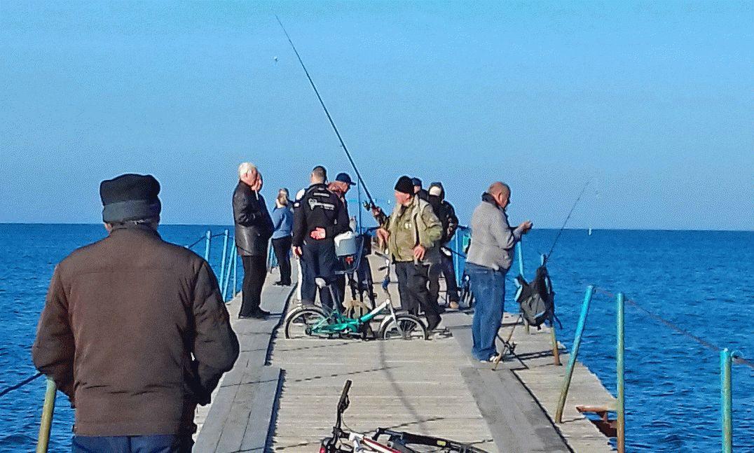 Рыбаки в Анапе в ноябре