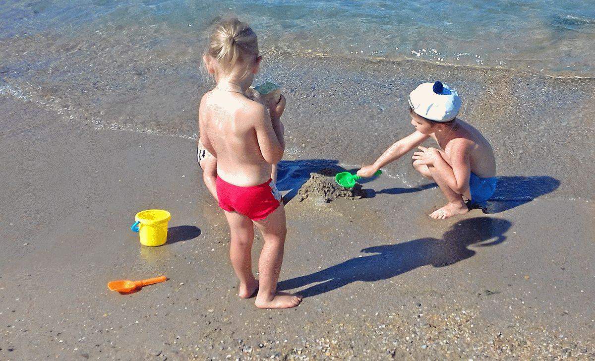 Дети на пляже Анапы в сентябре