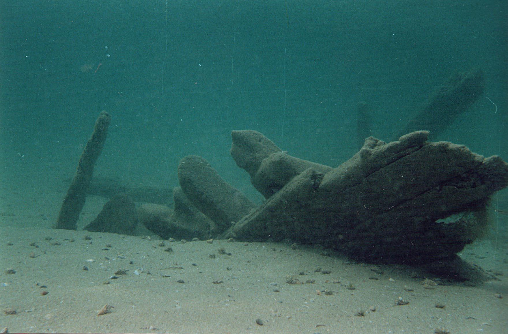 Фото затонувшего деревянного судна