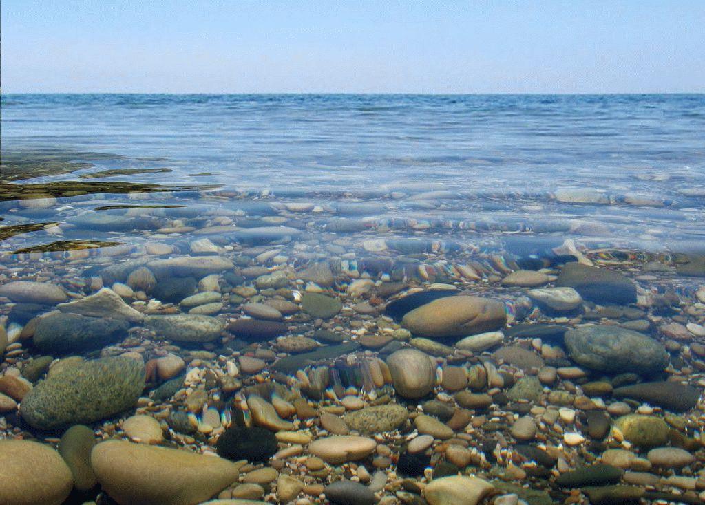 Чистая вода на галечных пляжах