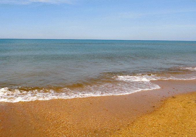Море на песчаном пляже курорта