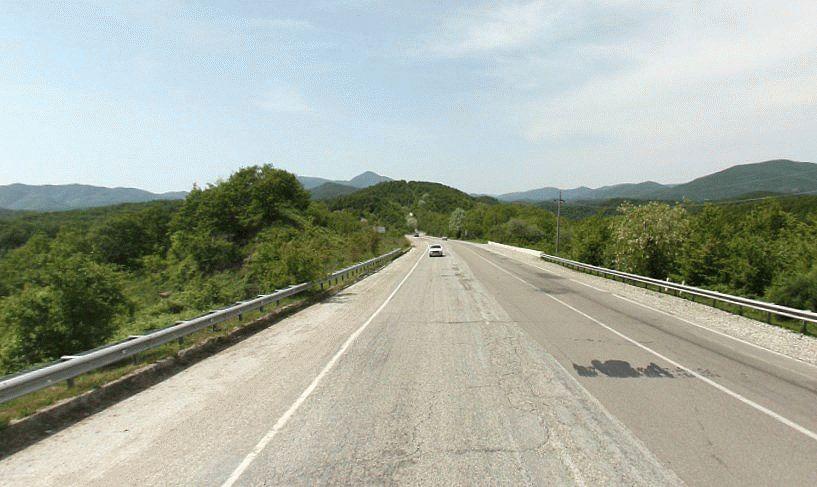Красивая дорога мужду гор