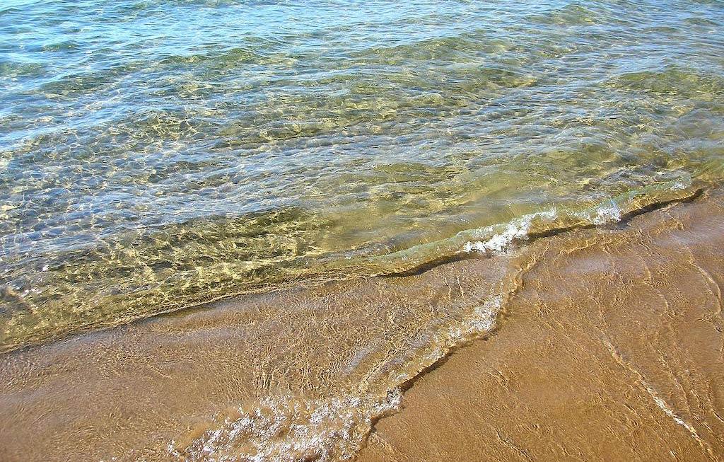 Чистое море на песчаном пляже курорта Анапа