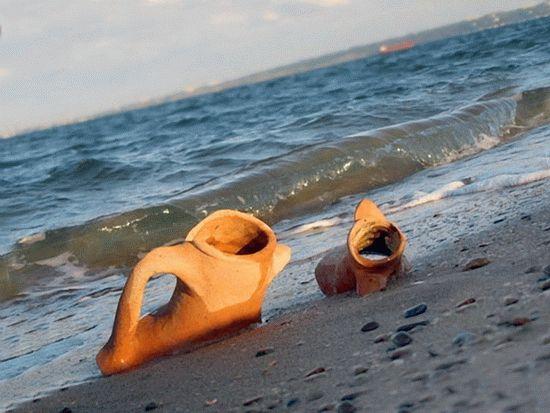 Древние амфоры на берегу Керченского пролива