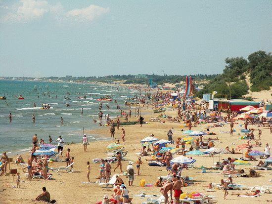 Песчаные пляжи Анапы в курортный сезон
