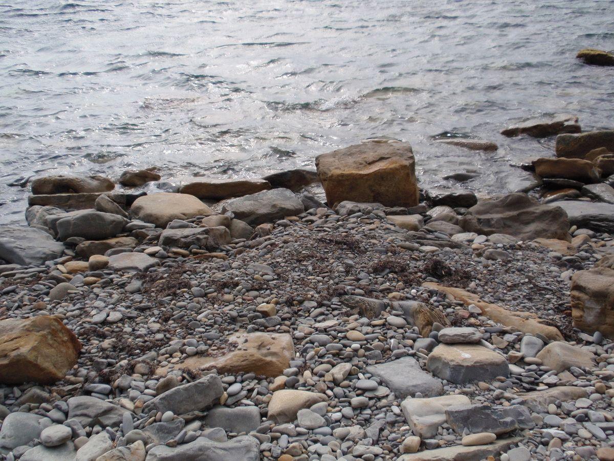 Каменистый пляж у подножья Лысой горы