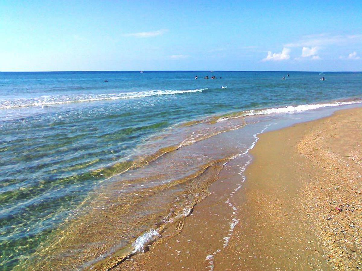 Черное моря с песочным пляжем фото