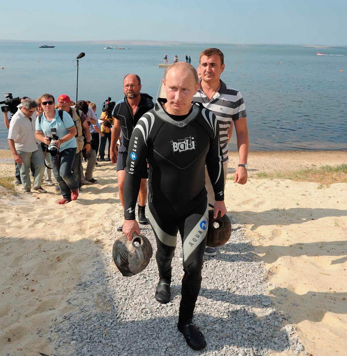 В.В. Путин поднял с морского дна древние амфоры