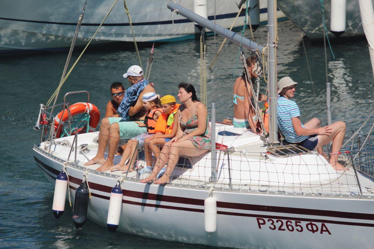 С семьей в море на яхте