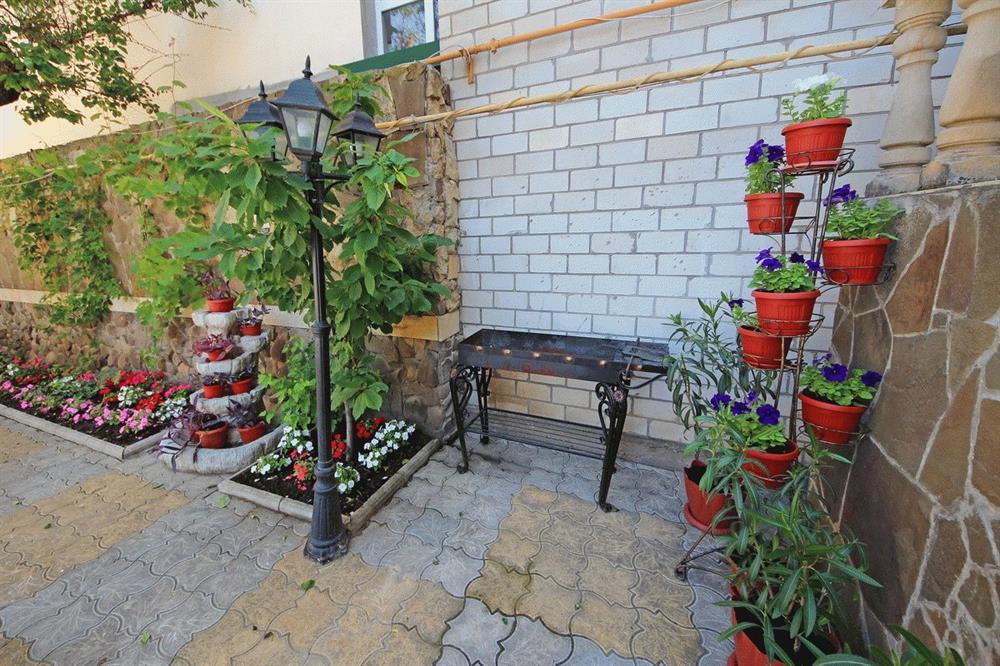 Уютный дворик с мангалом
